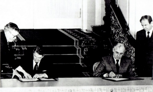 Damazy Kwiatkowski, Gorbachev and Reagan Sign a Protocol on the Liquidation on Missiles, 1988