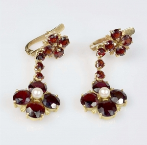 Garnets and pearls earrings